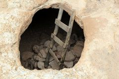 Pasos de progresión de madera envejecidos agujero de la cueva del cabo de Barbaria Imagen de archivo