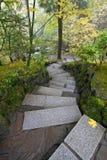 Pasos de progresión de piedra en jardín japonés Fotos de archivo libres de regalías