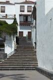 Pasos de progresión de piedra que conducen a la casa blanca Foto de archivo