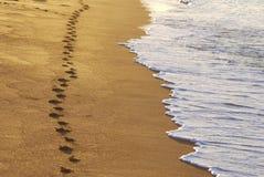 Pasos de progresión en una playa Fotos de archivo