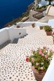 Pasos de progresión hermosos y mar azul en Santorini Imagenes de archivo