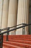 Pasos de progresión y barandillas al lado de columnas Imagen de archivo libre de regalías