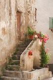Pasos de progresión de piedra a la casa rústica Foto de archivo libre de regalías