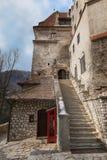 Pasos de una escalera de piedra que lleva al castillo del salvado del Drácula medieval del castillo en Rumania foto de archivo libre de regalías