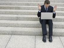 Pasos de Using Laptop On del hombre de negocios imagenes de archivo