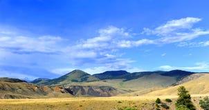Pasos del camino de tierra a través del valle del paraíso Foto de archivo
