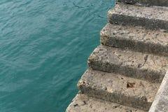 Pasos del cemento al borde de un muelle Fotos de archivo