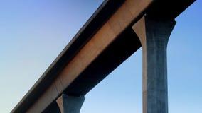 Pasos del metro arriba en el puente almacen de video