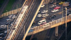 Pasos del metro sobre los coches en la carretera