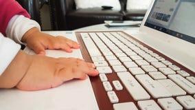Pasos del ordenador portátil del bebé del teclado primeros rojos Fotografía de archivo libre de regalías