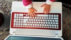 Pasos del ordenador portátil del bebé del teclado primeros rojos Foto de archivo