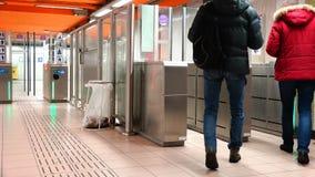 Pasos del paso de los hombres en el subterráneo metrajes
