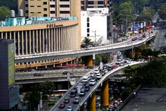 Pasos elevados en la intersección de la avenida y de Epifanio Delos Santos Avenue de Ortigas o EDSA en Ciudad Quezon, Filipinas Fotografía de archivo