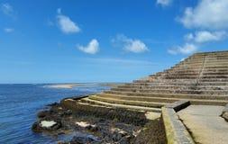 Pasos en el mar - playa de Barmouth, Gwynedd, País de Gales, Reino Unido Foto de archivo libre de regalías