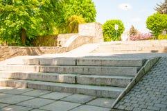 Pasos en el parque con las losas de piedra grandes fotos de archivo