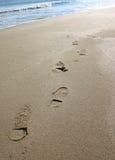 Pasos en la arena fotografía de archivo