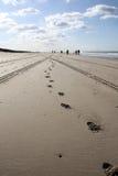 Pasos en la playa Fotos de archivo libres de regalías