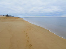 Pasos en la playa arenosa de Plum Island, Massachusetts imagen de archivo