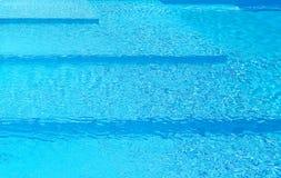 Pasos en una piscina fotografía de archivo libre de regalías