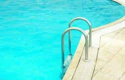 Pasos en una piscina de agua azul Fotos de archivo libres de regalías
