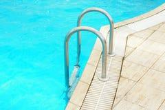 Pasos en una piscina de agua azul Fotografía de archivo libre de regalías