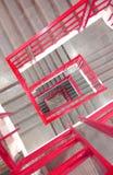 Pasos hermosos con la cerca de acero roja foto de archivo libre de regalías