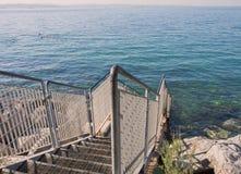 Pasos a las aguas de mar adriáticas transparentes en el filamento libre Foto de archivo