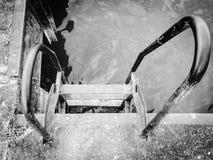 Pasos para entrar en un lago en un área descuidada Imagenes de archivo