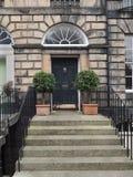 Pasos que llevan a la puerta principal Fotografía de archivo