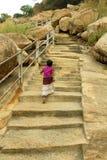 Pasos que suben de un niño en el complejo sittanavasal del templo de la cueva Imagen de archivo libre de regalías