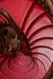 Pasos rojos en las escaleras del caracol Foto de archivo