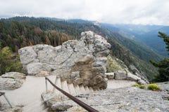 Pasos y escaleras a lo largo del alza de Moro Rock en parque nacional de secoya fotos de archivo libres de regalías