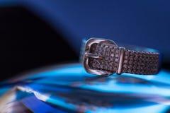 Pasowy przepięcie kształta odłamka pierścionek z zircons zdjęcie stock