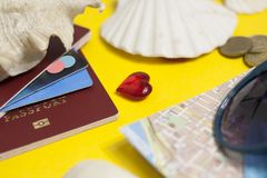 Paspoort, creditcard, reistoebehoren, zeeschelpen Vakantiedocumenten Turismconcept Selectieve nadruk stock afbeelding