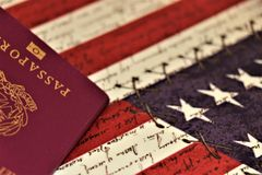 Paspoort in de voorgrond Concept internationale reis stock foto
