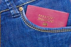 Paspoort in een jeanszak Stock Foto