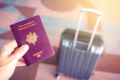 Paspoort en bagage bij luchthaven royalty-vrije stock afbeelding
