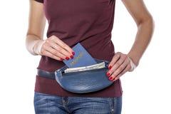 Paspoort en geld in de mobiele zak Stock Foto