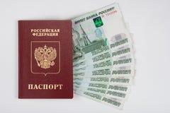 Paspoort en geld op witte achtergrond uit wordt gewaaid die royalty-vrije stock foto