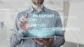 Paspoort, identiteit, burgerschap, internationaal, de wolk van het grenswoord als hologram wordt op tablet door de gebaarde mens  royalty-vrije illustratie