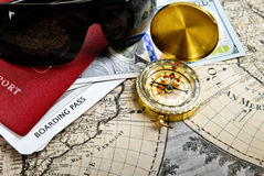 Paspoort, kompas, kaartje, geld, zonnebril op zeer oud woord ma Royalty-vrije Stock Foto