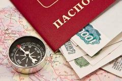 Paspoort met het geld en het kompas Royalty-vrije Stock Afbeeldingen