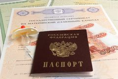 Paspoort met model en geld van de baby, het het moeder, geboorte certificat Stock Afbeeldingen