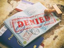 Paspoort met ontkende visumzegel op de kaart van de wereld en airl Stock Afbeeldingen