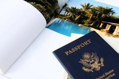 Paspoort met tijdschriftachtergrond Royalty-vrije Stock Fotografie