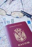 Paspoort, oogglazen en geld Stock Foto