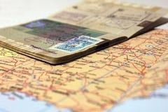 Paspoort op de kaart Stock Fotografie