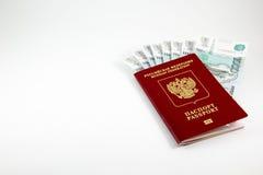 Paspoort van de Russische Federatie en het geld Stock Fotografie