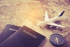 Paspoort, vliegtuig, kompas op kaart wordt geplaatst - conceptenreis die stock afbeeldingen