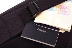 Paspoorten en zwarte zak Stock Afbeelding